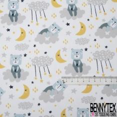 Coton imprimé motif ours bleu assit sur nuage gris lune jaune et étoile multicolore Fond blanc